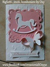 Invito / Battesimo / Nascita / cavallo a dondolo / farfalle / rosa.