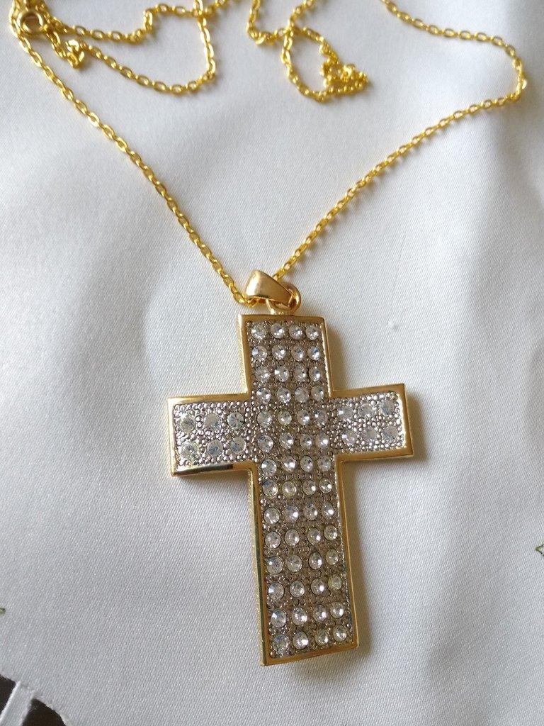 collana con ciondolo croce in metallo dorato e strass swarovski