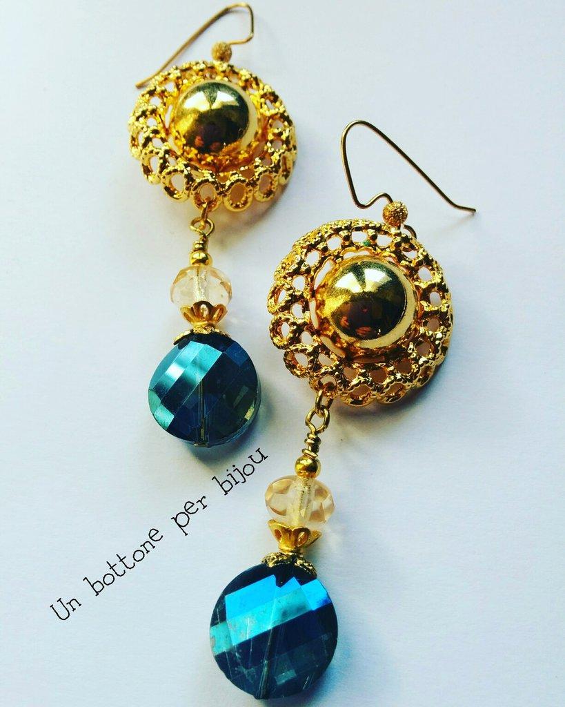 Orecchini con bottoni vintage in metallo dorato