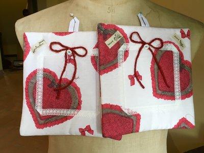 Coppia di presine con grandi cuori rossi-handmade