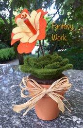 Vaso di terracotta con succulents di feltro e fiore arancione e giallo