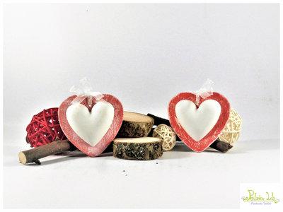 cuore in gesso ceramico profumato con base a forma di cuore in legno colore rosso. Misura Piccola