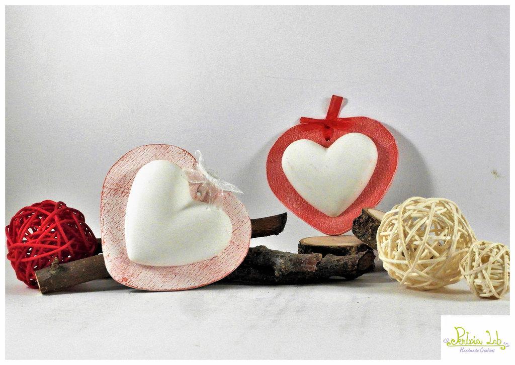 Cuore in gesso ceramico profumato alla lavanda su base in legno a forma di cuore, colore rosso , decapato e non.