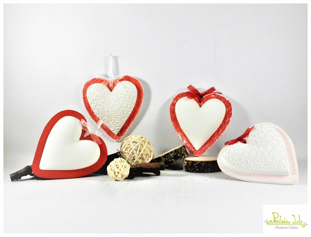 Cuore in gesso ceramico, profumato alla lavanda, con base in legno a forma di cuore, colore rosso , decapato e non.