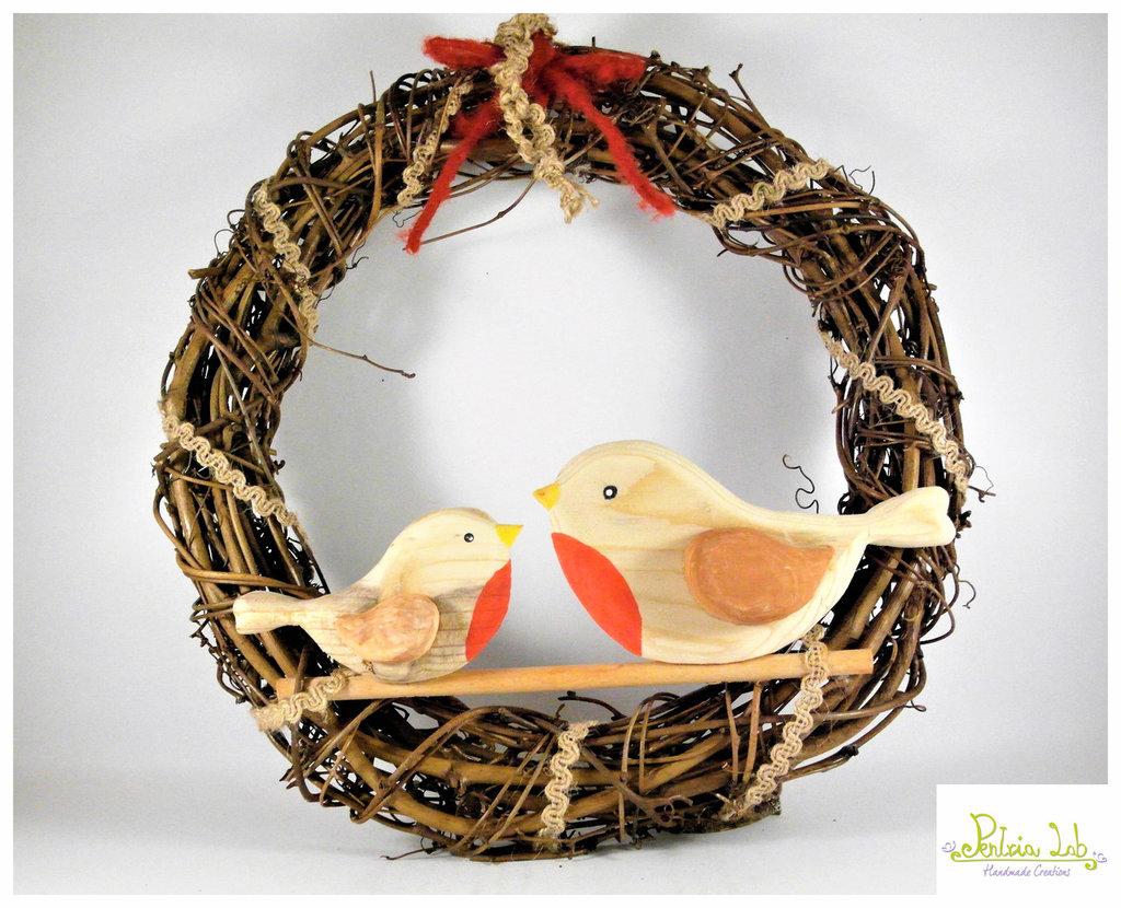 Ghirlanda con coppia di pettirossi in legno di recupero di abete, oggetto decorativo.