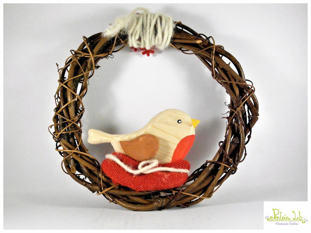 Ghirlanda con pettirosso in legno di recupero in nido di lana, oggetto decorativo.