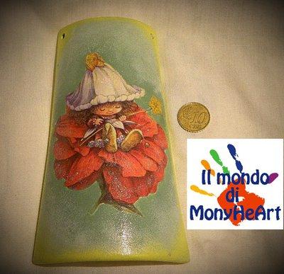 tegola di terracotta decorata a mano con tecnica di decoupage e colori acrilici (elfo su fiore rosso)