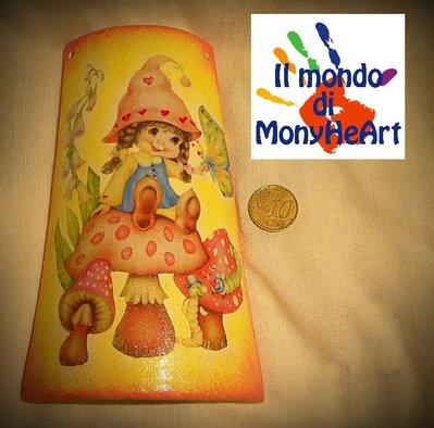 tegola di terracotta decorata a mano con tecnica di decoupage e colori acrilici (folletta su fungo)