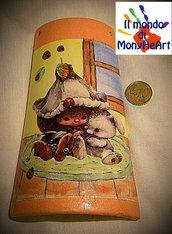 tegola di terracotta decorata a mano con tecnica di decoupage e colori acrilici (elfo e coniglio)
