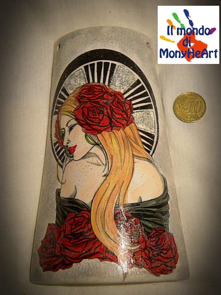 tegola di terracotta decorata a mano con tecnica di decoupage e colori acrilici (la donna delle rose)