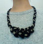 collana intrecciata con fettuccia in jersey nera e tortora con particolare intreccio di nodi e perline nere al centro