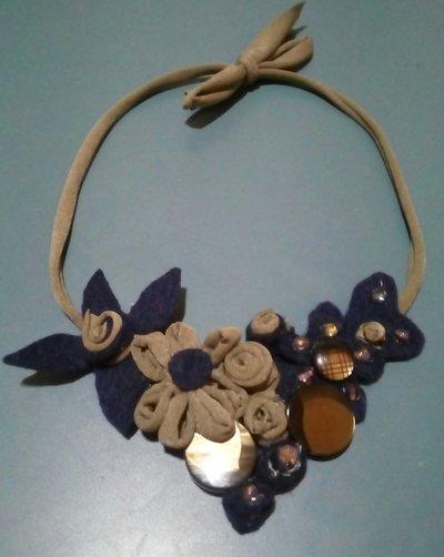collana di fettuccia in jersey con decorazioni in feltro blu, fettuccia tortora, bottoni e perline su tinta