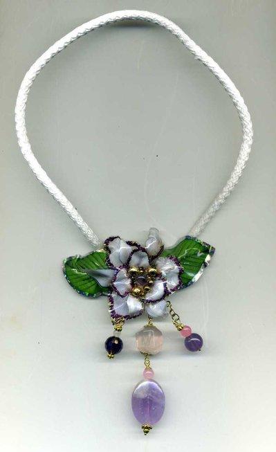 Girocollo con spilla pendente ad orchidea in sospeso trasparente e ametiste