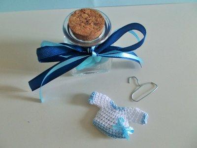 Bomboniera bimbo nascita e battesimo maglietta mini all'uncinetto magnete.