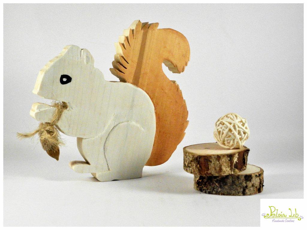 Scoiattolo in legno di recupero di abete, oggetto decorativo. riciclo creativo.  Misura Media
