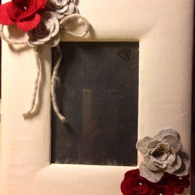 Porta foto shabby chic con rose rosse e grigie