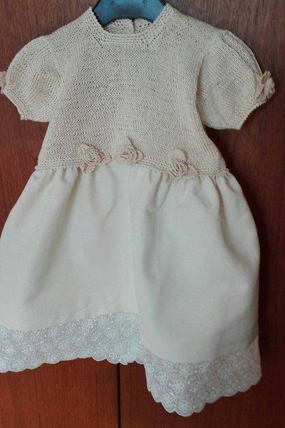 vestitino cerimonia bambina con corpino in filo di cotone e gonna in seta cruda, con pizzo e roselline