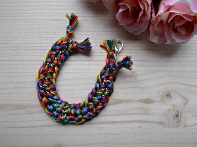 Bracciale arcobaleno con catena argentata e filo di cotone intrecciato