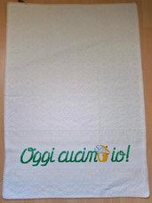"""Asciugapiatti beige """"Oggi cucino io"""" in cotone 100% biologico ricamato a punto croce"""