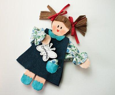 Bambola segnaposto bomboniera con calamita