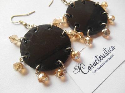 Orecchini tondi in plexiglass nero e perline in mezzi cristalli