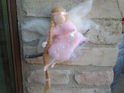 La fata rosa su ramo