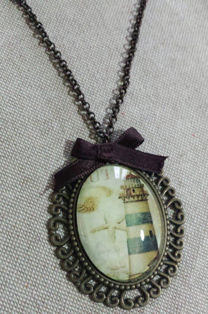 Collana lunga con cabochon in vetro ovale in stile marinaro con faro e stella marina