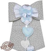 Fiocco nascita bambino in pannolenci ecru con fiori bianchi ed azzurro