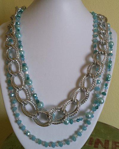 Collana multifilo con catena argentata e cristalli azzurri