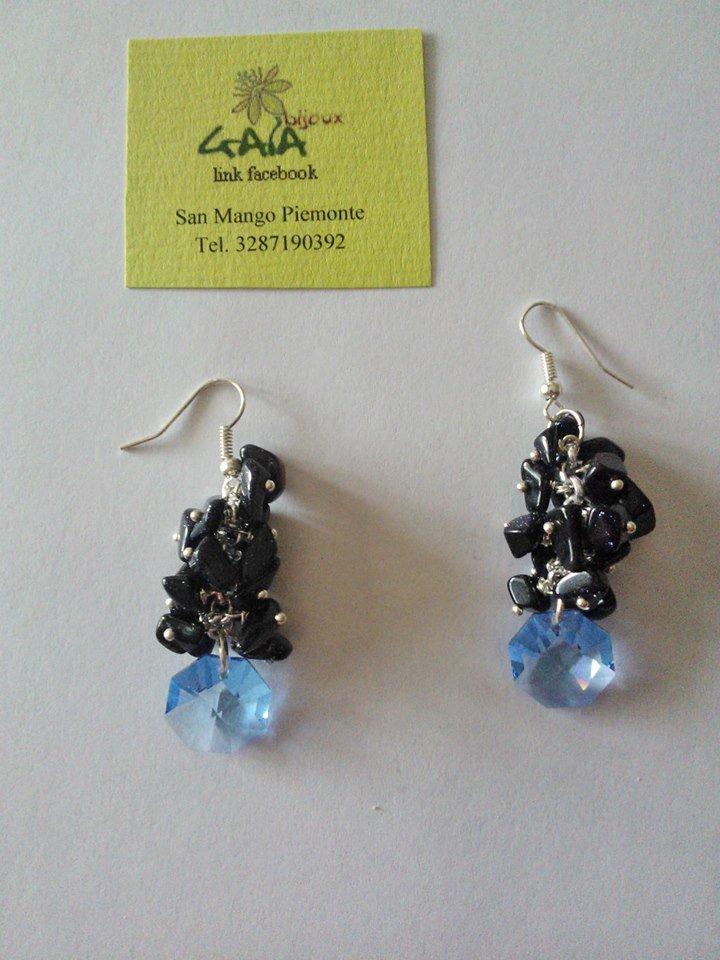 Orecchini con grappolo di chips in pietra del sole blu e pendente in cristallo swarovski azzurro