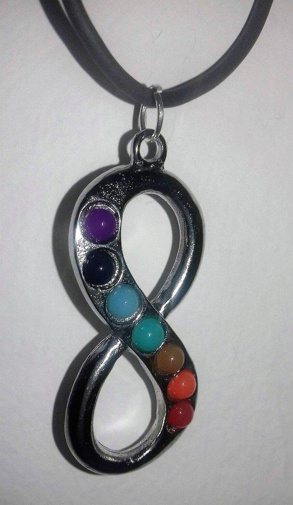 Collana con ciondolo infinito e vere pietre dai colori dei 7 chakra unisex