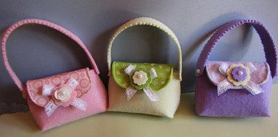 Borsette con manico in feltro decorato con fiorellini