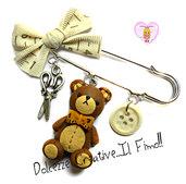 Spilla idea regalo Sarta - Orsetto di pezza con papillon metro, bottoni, forbici e fiocco