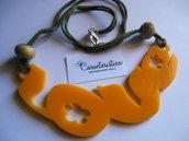 Collana girocollo scritta LOVE in plexiglass giallo