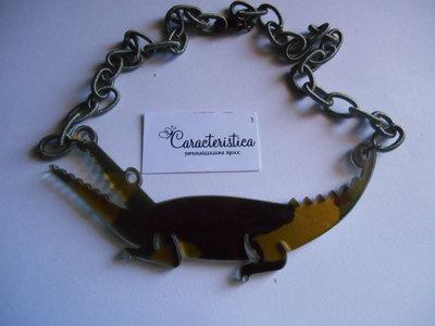 Collana girocollo pendente coccodrillo in plexiglass