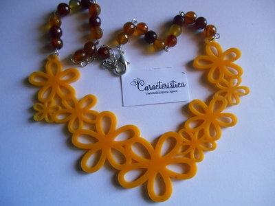 Collana girocollo con ciondolo centrale di fiori in plexiglass e perle