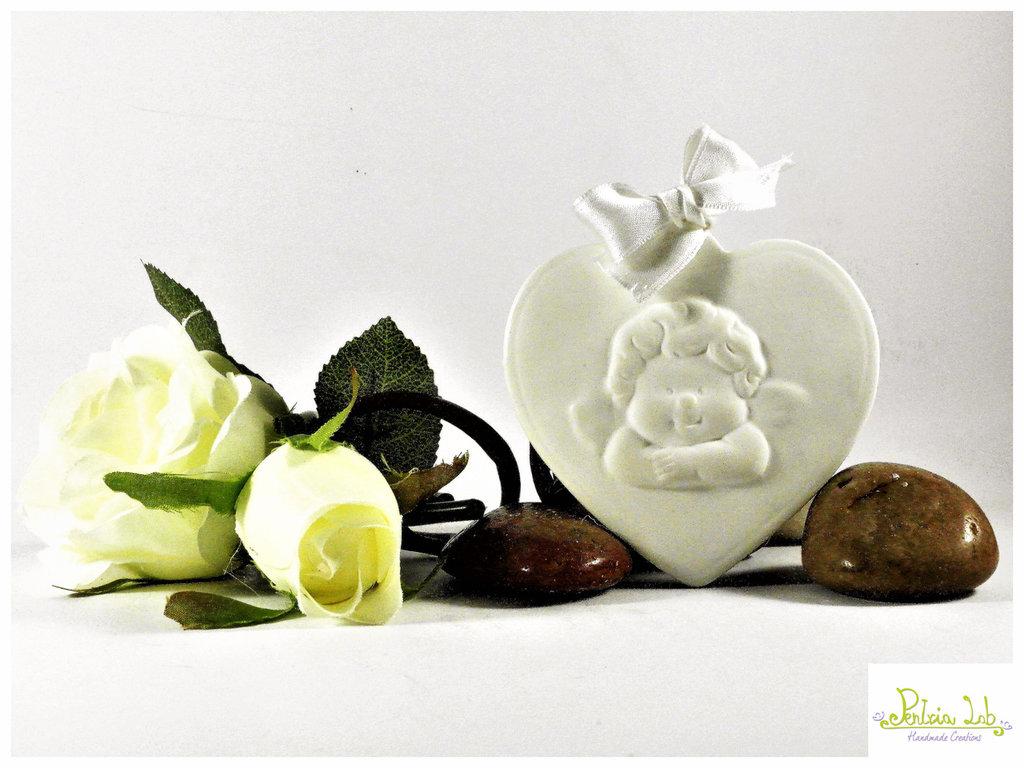 Cuore con angioletto in gesso ceramico con foro per gancio o nastro, bianco o colorabile su richiesta.