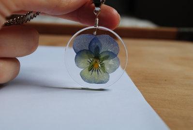 ciondolo in resina con fiori veri
