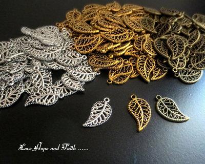 """LOTTO 30 Charm ciondolo  """"Foglie oro/bronzo/argento"""" (18x10mm) (cod.28808)"""