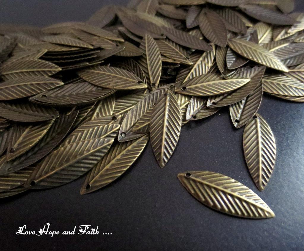"LOTTO 50 Charm ciondolo  ""Foglie bronzo"" (19x7mm) (cod.28808)"