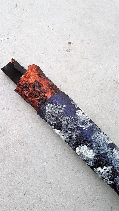 Pack di due pelli laminate con disegni fantasia interamente fatti a mano in due colori H333