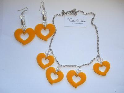 Collana con ciondolini cuore in plexiglass giallo