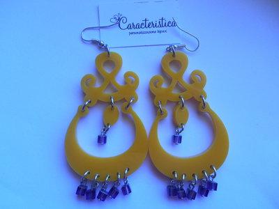 Orecchini in plexiglass e perle di colore giallo
