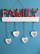 Portafoto in legno da appendere decorato con bottoni e lettere in legno. Quadretto famiglia