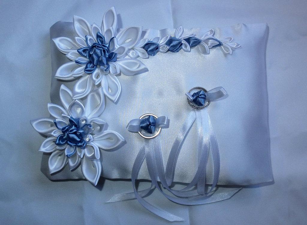 Cuscino portafedi con fiori kanzashi  colore bianco e blu