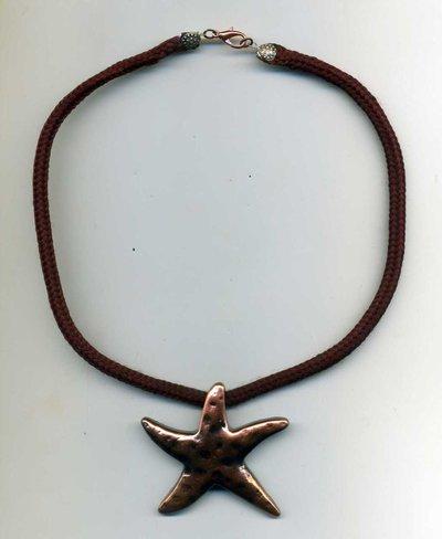 Girocollo con pendente a stella in metallo ramato