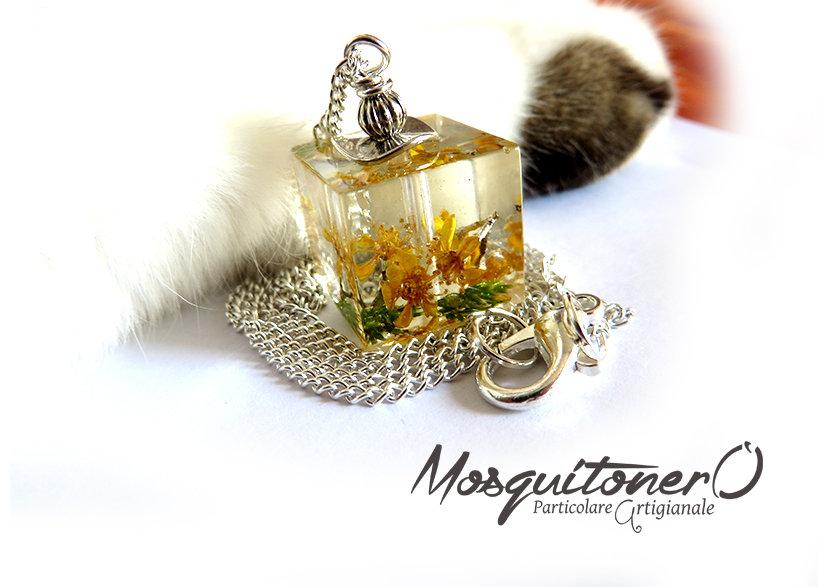 Collana con pendente cubico con fiori essiccati sotto resina