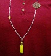 collana lunga in acciaio con nappina gialla in alcantara perle gialle e filigrana color bronzo