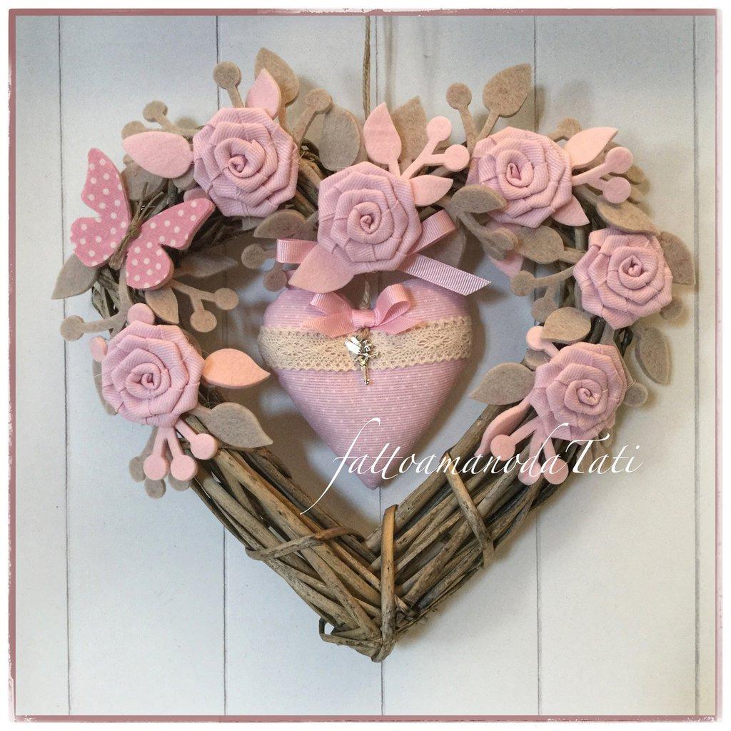 Cuore/fiocco nascita in vimini naturale con rose, farfalla e cuore rosa