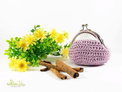 Portamonete, borsellino chiusura clip clap argentata lucido, realizzato ad uncinetto, color lilla e bianco